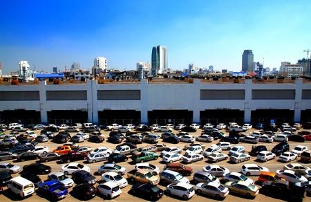 混雑した駐車場のダウンタウンで
