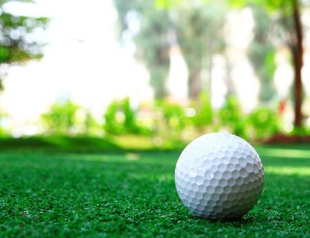 ゴルフ ボールは緑の背景 写真素材
