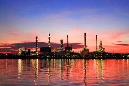 refiner�a de petr�leo: Hermosa ma�ana en la refiner�a Foto de archivo