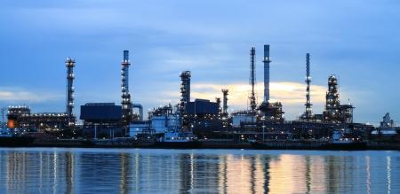 Raffinaderij gebied in de schemering
