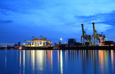 hamburg: Containers loading at sea trading port