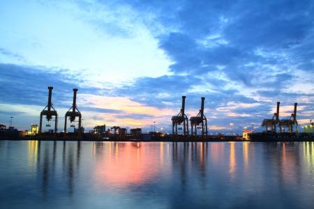 Los contenedores de carga en el puerto comercial del mar