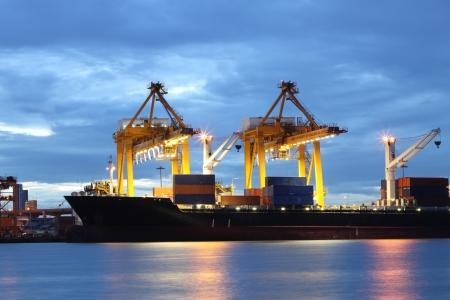 carga: Los contenedores de carga en el puerto comercial del mar