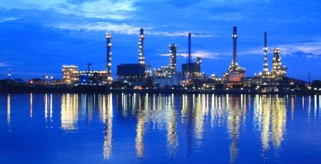 industria petroquimica: Planta de refinería de petróleo en el crepúsculo área