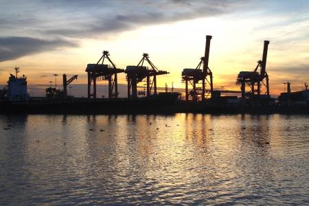 Containers laden op zee handel in de haven Stockfoto