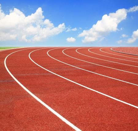 Running track met lanen over hemel en wolken