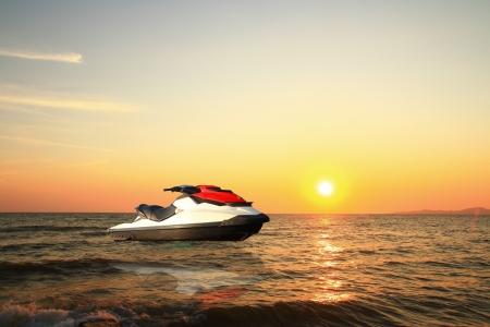 jetski boven het water bij zonsondergang Stockfoto