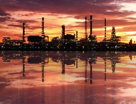 Olie-raffinaderij bij schemering Stockfoto