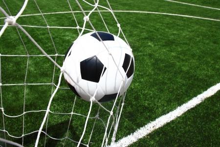 Voetbal bal in doel Stockfoto
