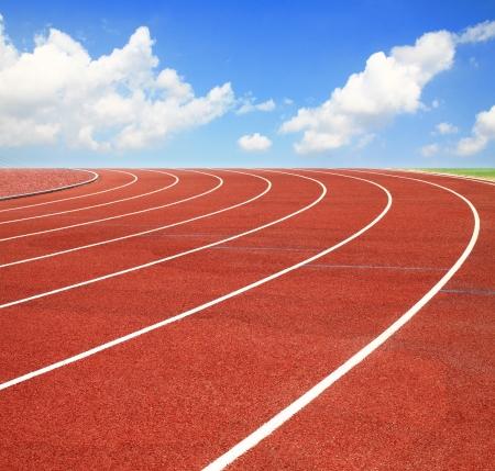 fast lane: Pista de atletismo con carriles sobre el cielo y las nubes