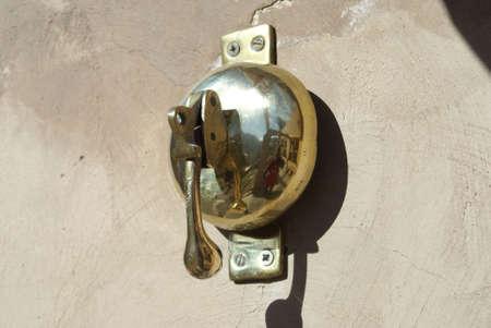 bell bronze bell: antigua campana de bronce en la pared