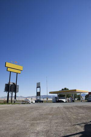 Una estación de gasolina al lado de una carretera  Foto de archivo - 7788858