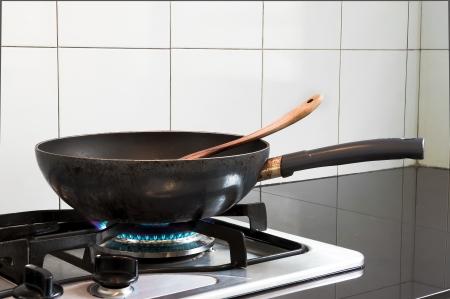estufa: Sartén en la estufa Foto de archivo