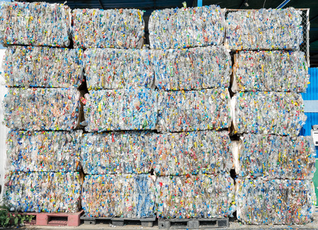 ボトル pet 樹脂は、リサイクルする準備します。 写真素材