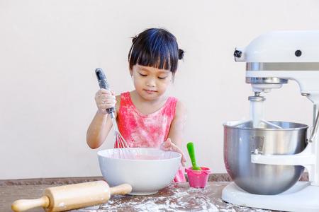 niños cocinando: niña haciendo panadería chino