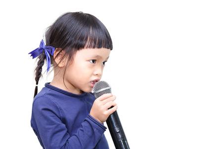 hablar en publico: Cabrito asiático hablando en el micrófono Foto de archivo
