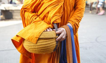 limosna: limosnas de los monjes en Tailandia