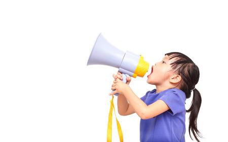 megafono: Niña asiática anunciar por megáfono aislado en el fondo blanco Foto de archivo