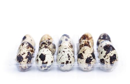 Huevos de codorniz aislados sobre fondo blanco