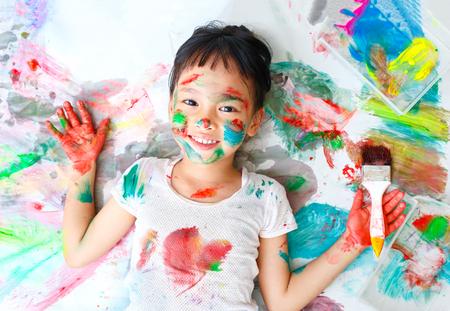 Bambina cattiva con vernice colorata