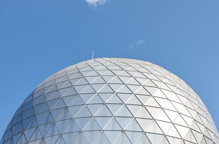 明るい青空から立ち上がった屋根ドーム