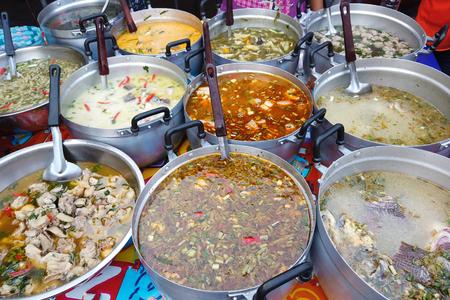 Puesto de comida picante tailandesa de curry en el mercado