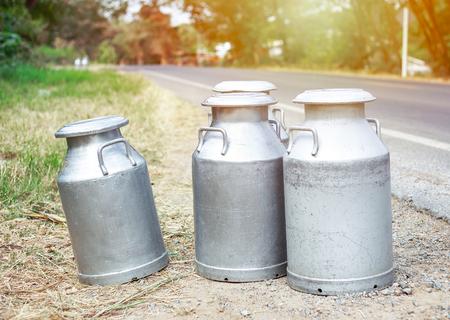 Le lait cru dans le réservoir attend la livraison à l'usine de lait et de fromage
