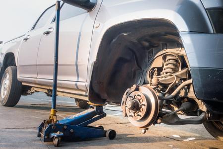 Hydraulic jack lift for light truck suspension maintenance