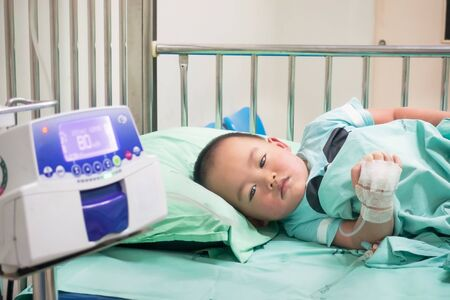 Children lay on the hospital bed with saline solution. Stockfoto