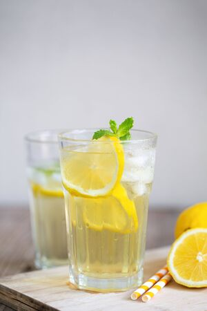 Lemonade with fresh lemon and mint leaves on copy space background. Banque d'images - 131847491