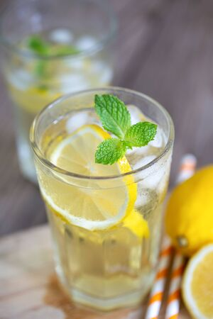 Lemonade with fresh lemon and mint leaves . Photo close up Banque d'images - 131847548