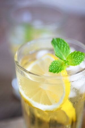 Lemonade with fresh lemon and mint leaves. Photo close up. Banque d'images - 131848267