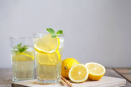 Lemonade with fresh lemon and mint leaves on copy space  background. Banque d'images - 131847379