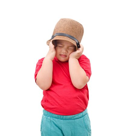 The little boy covered his ears with a hat. Because he didn't want to hear his mother complain. Stockfoto