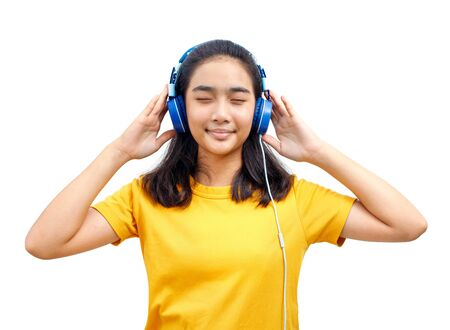 Asian Teenage Woman Close your eyes and listen to the music on the headphones with a happy face. Stockfoto