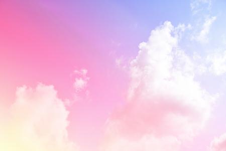 Jasne niebo i chmura kolorowy różowy i niebieski pastelowy kolor.