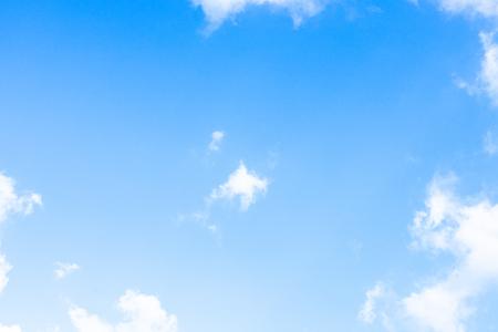Blauwe hemel witte wolk witte achtergrond. Mooie lucht en wolken in de middag.