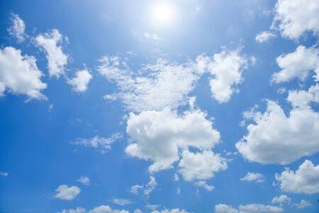 Fond blanc ciel bleu nuage blanc. Beau ciel et nuages l'après-midi.