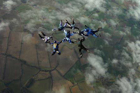 fallschirm: Acht Skydiver eine Bildung Lizenzfreie Bilder