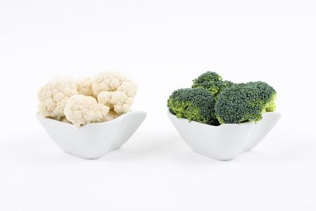 Verse broccoli en bloemkool in een porseleinen kommen