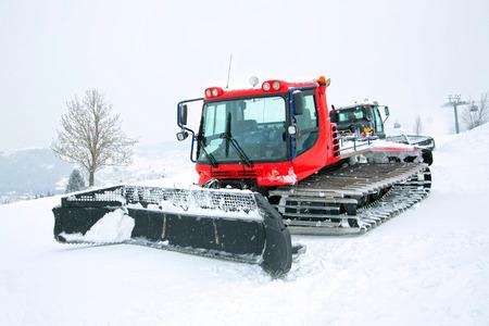 Rode ratrak in de winter landschap