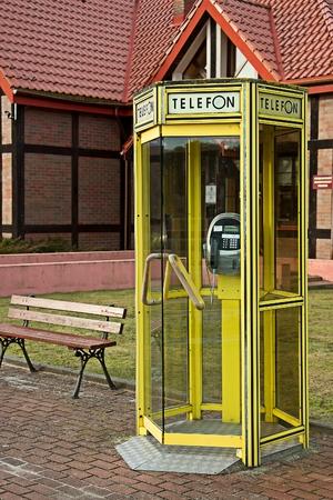 cabina telefono: cabina telefónica de color amarillo
