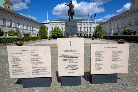 presidential: Presidential Palace with the monument of the disaster in Smolensk in Warsaw, Poland Editorial