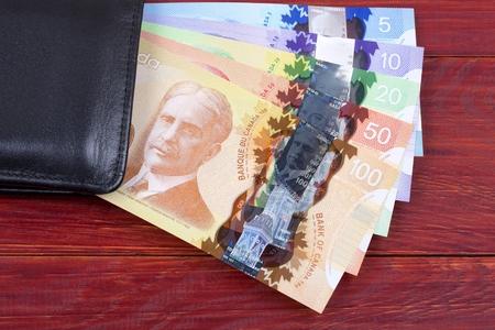 L'argent canadien dans le portefeuille noir Banque d'images