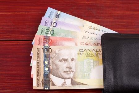 L'argent canadien dans le portefeuille noir