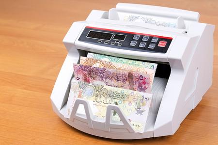 Money from Qatar in a counting machine Standard-Bild