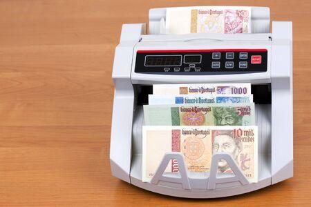 Portuguese Escudo in a counting machine Banco de Imagens