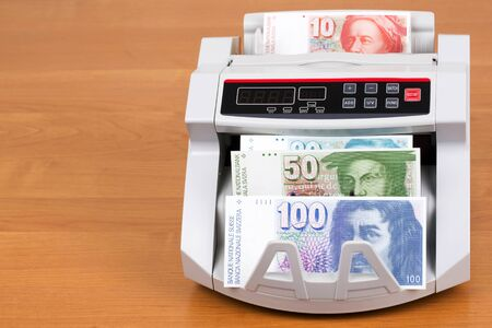 Swiss Francs in a counting machine Stockfoto