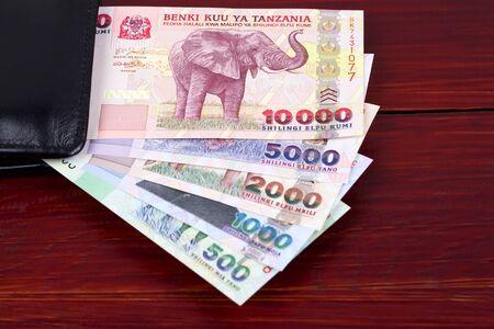 Tansania-Schilling im schwarzen Portemonnaie Standard-Bild
