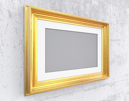 Gouden lijst op Conrete-muur. Hoekig vintage gouden frame met passe-partout op schuine muur. Ruw beton. Leeg voor kopie ruimte. Stockfoto